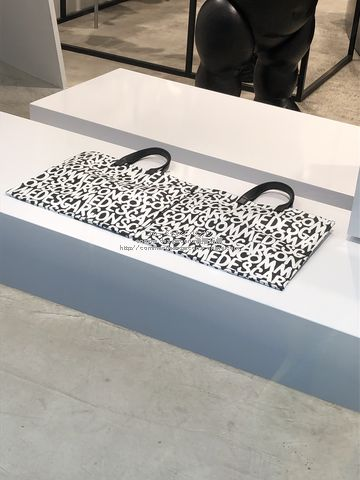 19-logo-bag-pouch